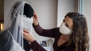 FOTO: Rancangan Gaun Pengantin Cegah Corona