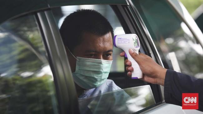 Warga pun tak luput dari pemeriksaan suhu tubuh sebelum memasuki perumahan sepulang dari beraktifitas di luar. Semua dilakukan secara swadaya, tak menunggu bantuan pemerintah. (CNNIndonesia/Safir Makki)