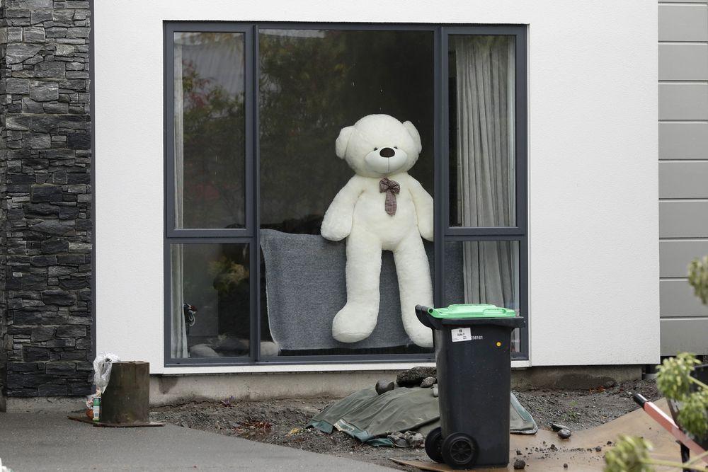 Warga Selandia Baru ramai-ramai membuat gerakan dengan menaruh boneka di jendela rumah selama lockdown