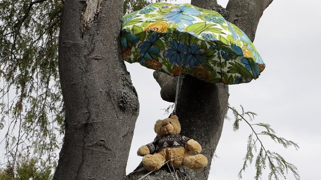 Sebagian orang menempatkan boneka di jendela rumah seakan hendak menyapa tetangga. Lainnya meletakkan boneka di balkon rumah atau dahan pohon yang seakan menunjukkan aktivitas harian mereka.(AP Photo/Mark Baker)