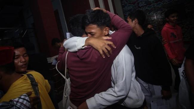Warga binaan memeluk rekannya saat dibebaskan di Lembaga Pembinaan Khusus Anak (LPKA) Klas I, Kota Tangerang, Banten, Kamis (2/4). (ANTARA FOTO/Fauzan)