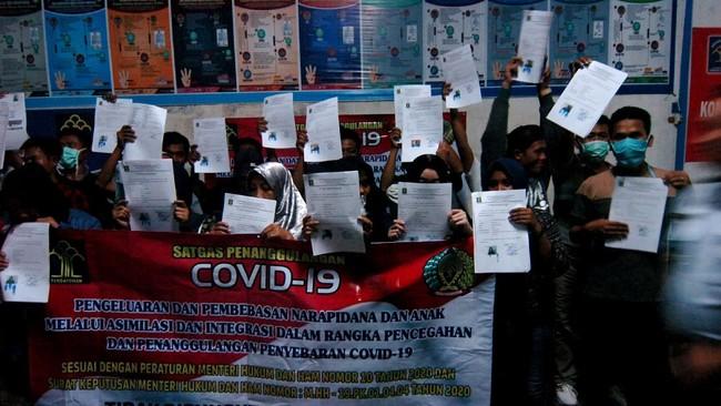 Di Tegal, sejumlah warga binaan menunjukkan surat pembebasan dalam rangka pencegahan dan penanggulangan penyebaran COVID-19 di Lapas Kelas II B, Jawa Tengah. (ANTARA FOTO/Oky Lukmansyah)