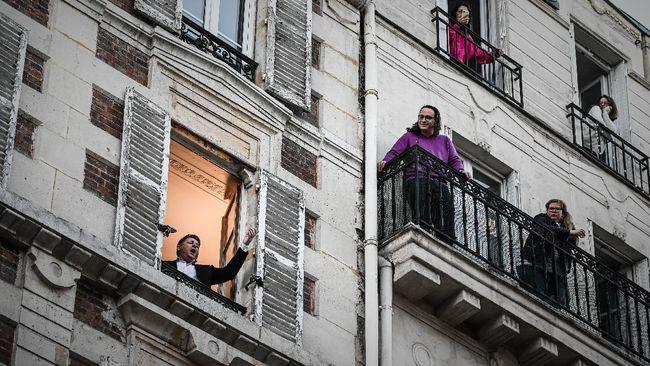 Panggung Orkestra Bermunculan di Balkon Apartemen Prancis