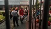 Warga binaan berjalan menuju pintu penjagaan seusai dibebaskan di Lapas Kelas II A Palangkaraya. Pembebasan narapidana lewat program asimilasi ini dimulai pada pekan ini dan ditargetkan selesai dalam waktu 30 hari. (ANTARA FOTO/Makna Zaezar)