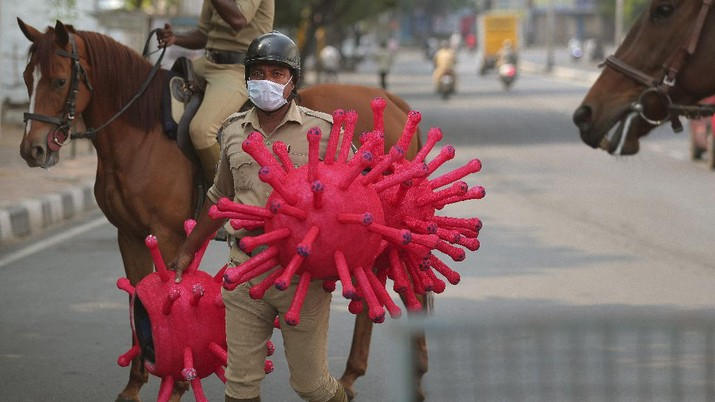 Helm berbentuk virus corona tersebut digunakan oleh polisi India ketika negara itu menerapkan lockdown guna mencegah penyebaran wabah Covid-19.