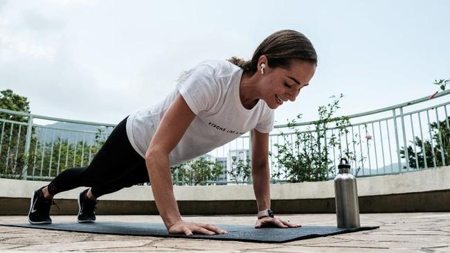 Di masa-masa ketika banyak orang kehilangan pekerjaan karena wabah corona, banyak dari instruktur yoga yang membuka kelas mereka secara gratis. Namun ada pula yang membuka donasi agar mereka tetap mendapat pemasukan ketika studio yoga ditutup. (Photo by Anthony WALLACE / AFP)