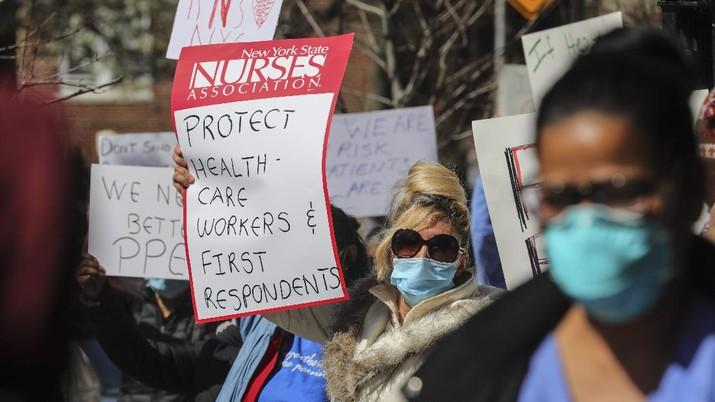 Para perawat New York menggelar aksi demo, memprotes kekurangan alat pelindung diri (APD).