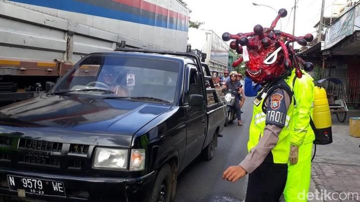 Polisi helm Corona (Muhajir Arifin/detikNews)