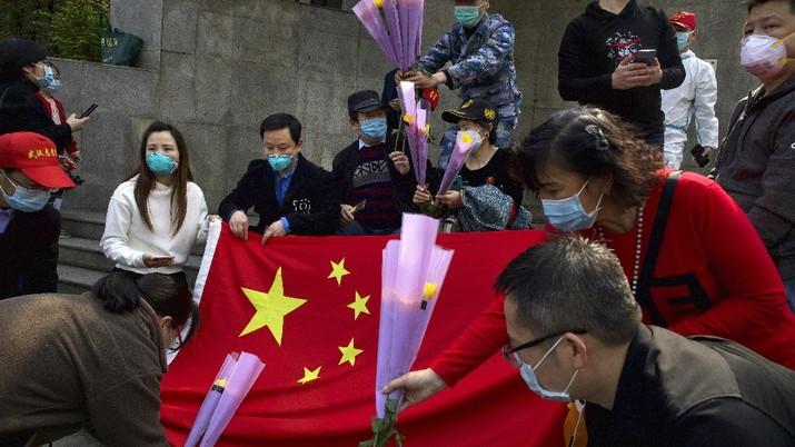 Warga China berkabung berlangsung selama tiga menit untuk menghormati mereka yang telah meninggal dalam wabah virus korona.