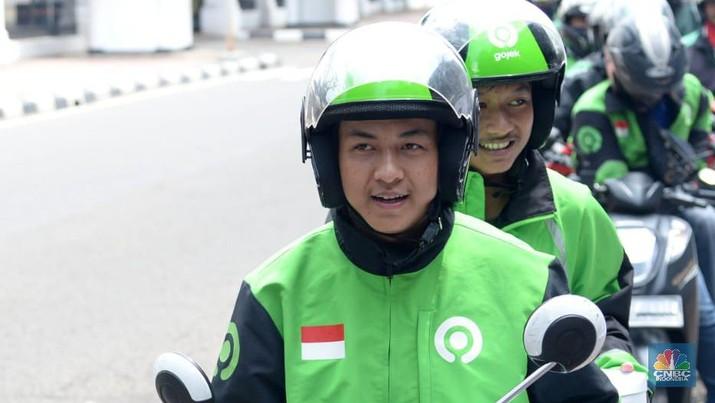 Sekretariat Presiden (Setpres) saat membagikan paket nasi box bagi para pengendara seperti gojek dan grab yang melewati Jl. Veteran, Jakarta Pusat. (Biro Setpres RI)