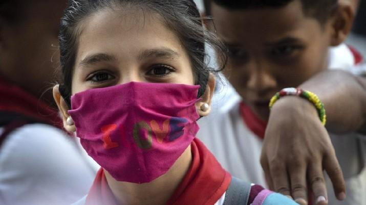 Seorang anak perempuan mengenakan masker buatan sendiri/AP Photo