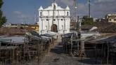 Seekor anjing melintas di PasarChichicastenango,Guatemala, yang kosong melompong.(AP Photo/Moises Castillo)