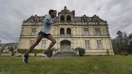 FOTO: Atlet Maraton Prancis Latihan di Istana Seorang Diri