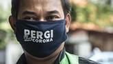 Pengemudi ojek daring menggunakan masker saat pembagian makanan gratis di kawasan Menteng, Jakarta, Jumat (3/4/2020). (ANTARA FOTO/Aprillio Akbar/pras)