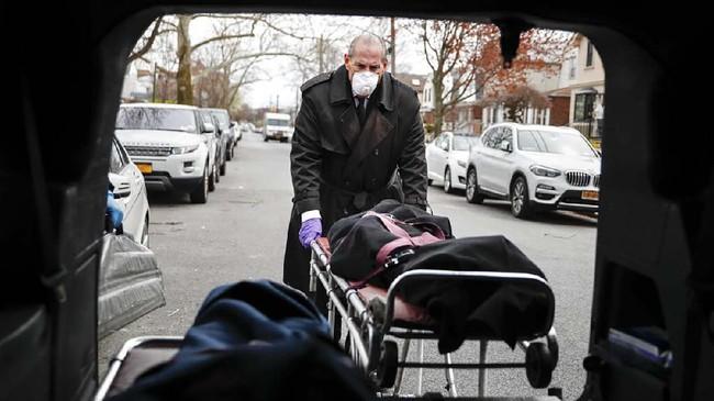 Bukan hanya tenaga medis, menurutnya industri pemakaman juga turut mengalami krisis akibat pandemi corona.(AP Photo/John Minchillo)