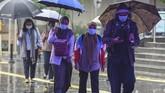 Pemerintah meminta seluruh masyarakat untuk menggunakan masker saat berada di luar rumah seiring dengan imbauan terbaru Organisasi Kesehatan Dunia (WHO) untuk mengurangi risiko penyebaran virus corona. (ANTARA FOTO/Muhammad Adimaja/wsj)
