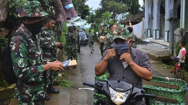 Sebanyak 200 masker dibagikan secara gratis kepada warga dan anggota TNI menyusul imbauan Organisasi Kesehatan Dunia (WHO) dan pemerintah agar masyarakat menggunakan masker saat berada di luar rumah. (ANTARA FOTO/Yusuf Nugroho/wsj)
