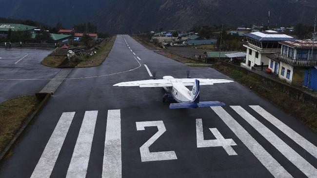 Pesawat pribadi bersiap lepas landar dari bandara Tenzing-Hillari di Lukla, 140 kilometer dari Kathmandu. Saat ini Nepal sendiri sedang mengunci diri dari pendatang untuk mencegah wabah corona menyebar ke dalam negeri. (Photo by Prakash MATHEMA / AFP)