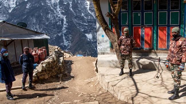 Hingga 8 April ini terdapat sembilan kasus positif Covid-19 di Nepal, dengan tak ada korban jiwa. Para penduduk pun kini menggunakan masker untuk mencegah penularan corona. (Photo by PRAKASH MATHEMA / AFP)