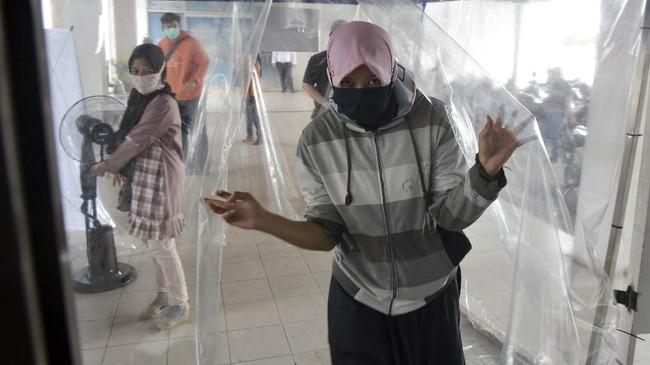 Sejumlah warga mengenakan berbagai jenis masker di Kota Pekanbaru, Riau. (ANTARA FOTO/FB Anggoro/hp)