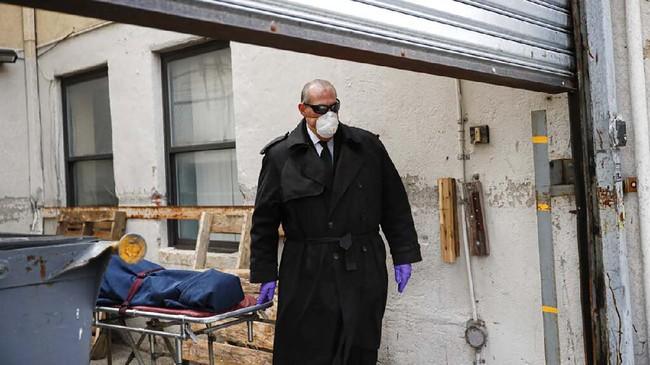 Selain mengurus jasad yang meninggal karena corona, ia juga tetap harus bertanggung jawab atas kematian mendadak atau karena penyakit lainnya yang ada di rumah sakit, rumah, dan rumah duka.(AP Photo/John Minchillo)