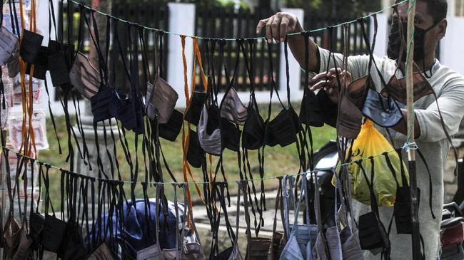 Penjualan masker berbahan kain buatan industri rumahan yang dijual Rp10 ribu per masker itu laku keras menyusul kesulitan warga mendapatkan masker kesehatan untuk mencegah terjangkit virus Corona. (ANTARA FOTO/Rahmad)