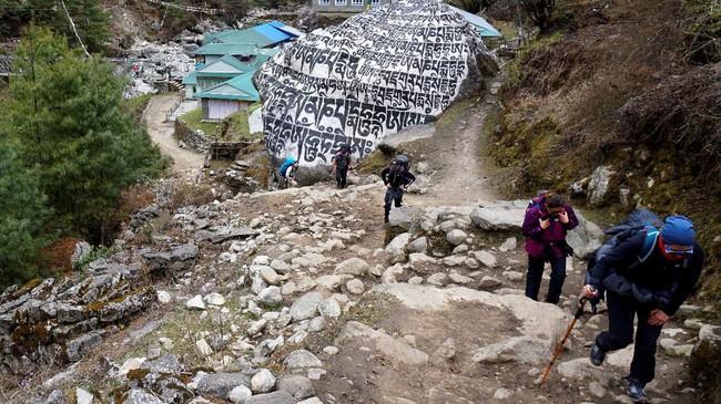 Sejak pertengahan Maret lalu pemerintah Nepal telah mencabut izin pendakian serta melarang turis asing datang. Akibatnya, pemasukan negara yang berkisar US$4,4 juta dari industri pariwisata pun terancam menguap ke udara. (Photo by Prakash MATHEMA / AFP)