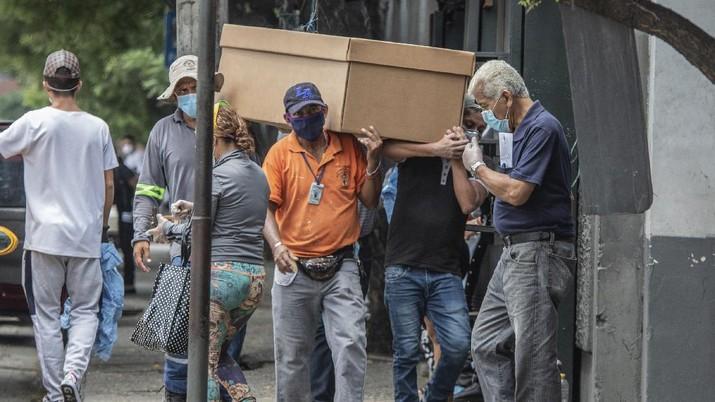 Ekuador menggunakan peti kardus untuk pasien meninggal corona.