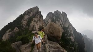 Lockdown Dilonggarkan, Penduduk China Serbu Objek Wisata