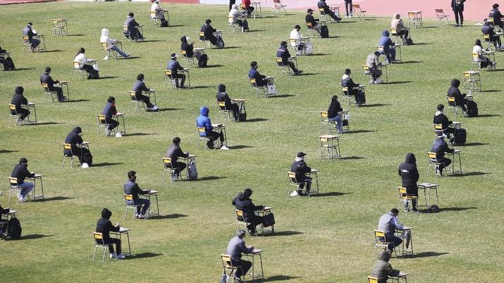Tes Pencari Kerja Ditengah Wabah Virus Corona Korea Selatan. (AP/Hong Ki-won)
