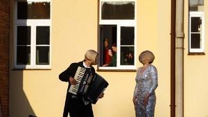 FOTO: Musisi Jalanan Praha Hibur Warga yang Karantina Diri