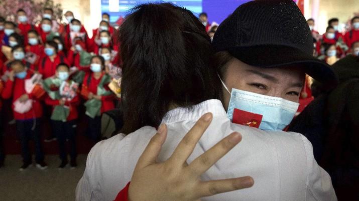 Masa lockdown sudah resmi dicabut di Wuhan. Bandara dan stasiun di ibu kota Provinsi Hubei kembali dipadati ribuan orang.