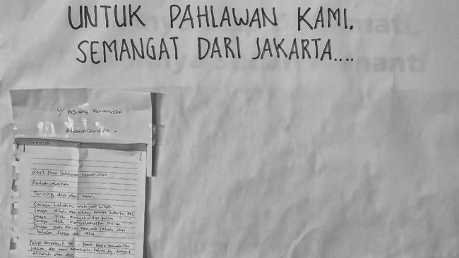 Tulisan penyemangat untuk tenaga medis dan kesehatan di Hotel Grand Cempaka, Jakarta. (ANTARA FOTO/Nova Wahyudi)