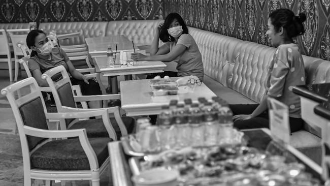 Petugas medis menikmati makanan di Hotel Grand Cempaka, Jakarta. (ANTARA FOTO/Nova Wahyudi)