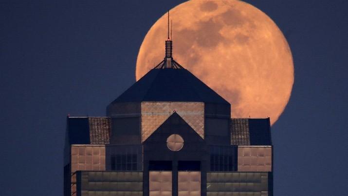 Fenomena super moon terlihat di sejumlah belahan bumi.
