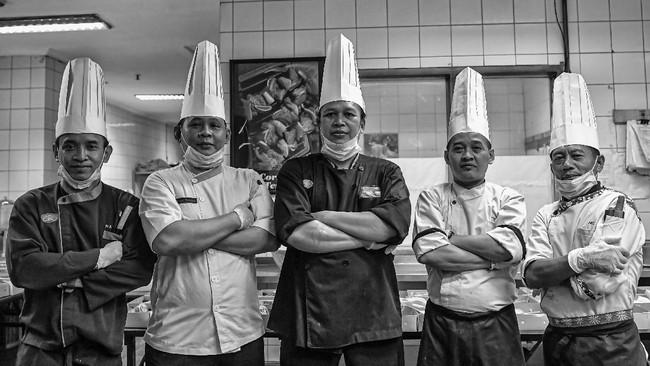 Kepala Juru Masak Zainu Dahlan (tengah) bersama juru masak lainnya berpose di dapur Hotel Grand Cempaka, Jakarta. (ANTARA FOTO/Nova Wahyudi)