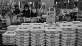 Petugas medis mengambil makanan yang disediakan di Hotel Grand Cempaka, Jakarta. (ANTARA FOTO/Nova Wahyudi)
