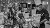 Juru masakmenerima makanan yang merupakan bantuan dari masyarakat untuk disalurkan kepada tenaga medis dan kesehatan di Hotel Grand Cempaka, Jakarta. (ANTARA FOTO/Nova Wahyudi)