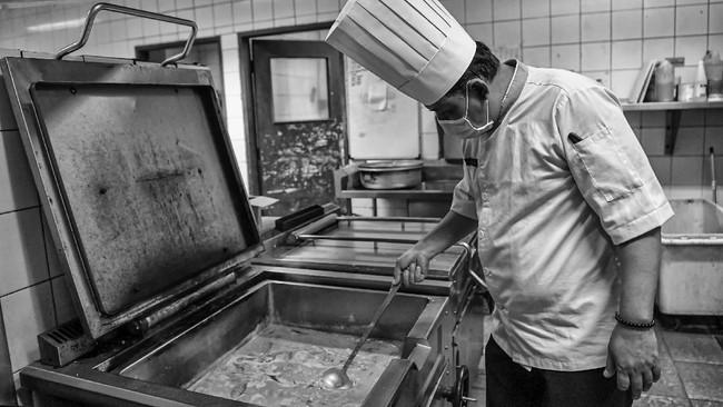 Juru masak memasak makanan untuk tenaga medis dan kesehatan di Hotel Grand Cempaka, Jakarta. (ANTARA FOTO/Nova Wahyudi)
