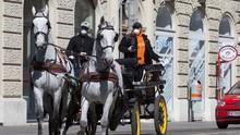 Kereta Kuda di Wina Antar Makanan ke Lansia selama Corona