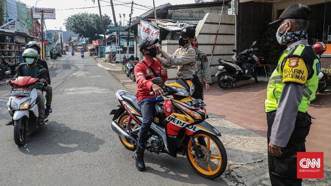 Hari 1 PSBB, Polisi Setop Pengendara Motor Berboncengan