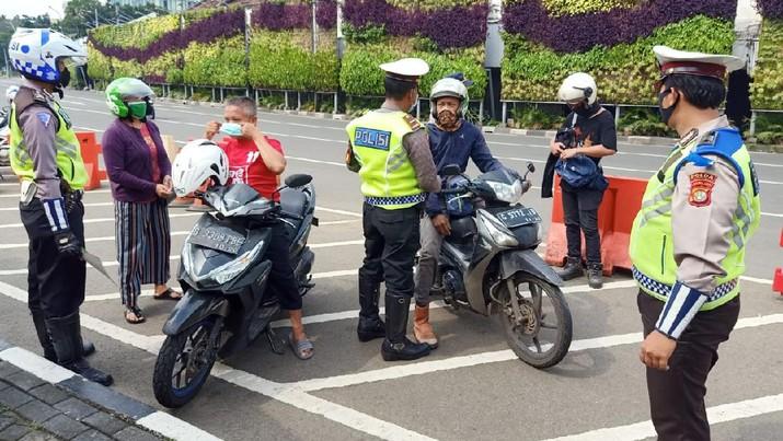 Satlantas Jakpus memberikan himbauan terhadap pengendara  kendaraan motor dan mobil terkait pemberlakuan PSBB di Cek Point Pos PSBB Tugu Tani Jakpus. (Twitter TMC Polda)