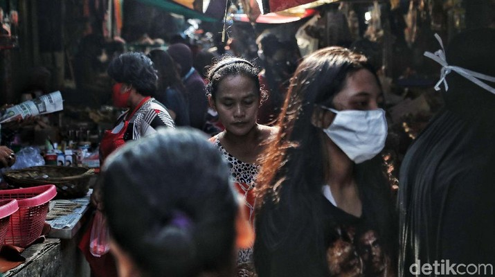 Untuk cegah penyebaran virus Corona, Pembatasan Sosial Berskala Besar (PSBB) mulai diberlakukan. Begini suasana hari pertama PSBB di pasar tradisonal Tanjung Priok.