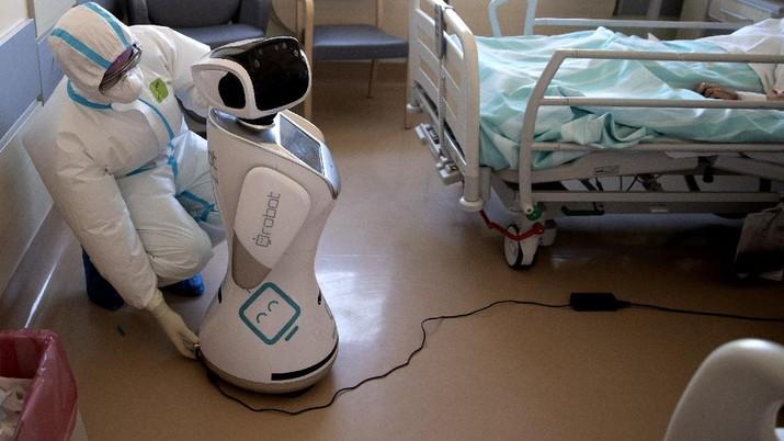 Untuk meringankan tugas dan menyelamatkan para tenaga medis yang bertugas, kini diciptakan robot khusus untuk membantu dalam merawat pasien virus corona.
