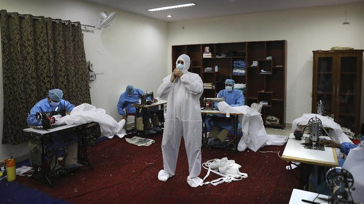 Polisi India produksi APD untuk tim medis cegah Corona. (AP/Manish Swarup)