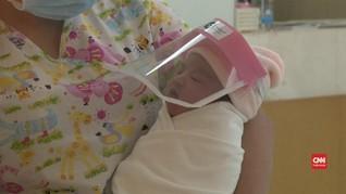 VIDEO: Bayi Baru Lahir di Thailand Dipakaikan Pelindung Wajah