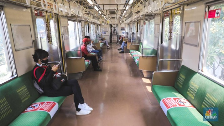 Pembatasan sosial berskala besar (PSBB) di Jakarta mengatur kebijakan pembatasan moda transportas umum. Transportasi umum kini berperasinya mulai pukul 06.00 pagi hingga 18.00 WIB. Jumlah penumpang juga akan dibatasi. Itu semua berlaku untuk kendaraan umum yang beroperasi di Jakarta. (CNBC Indonesia/ Andrean Kristianto)