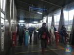 Suasana Stasiun Kereta di Sore Pertama PSBB Jawa Barat