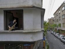 Gaya Musisi Iran Mainkan Ragam Alat Musik Saat Wabah Covid-19