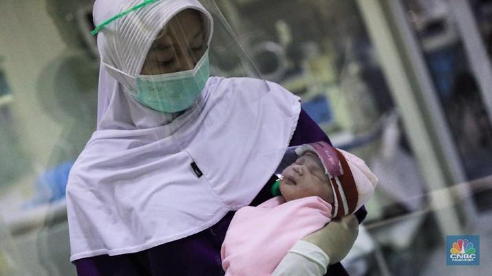 Bayi Baru Lahir Dikenakan Pelindung Wajah. (CNBC Indonesia/ Andrean Kristianto)